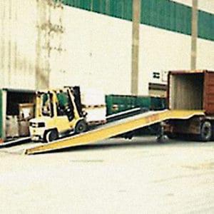 Ein Gabelstapler hat einfachen Zugang zum Container