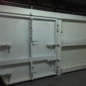 Tore für den Extra-Schwereinsatz, um das Rammen mit Fahrzeugen und Diebstahl in einem Medikamentenlager zu verhindern