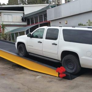Eine breite Rampe für Fahrzeuge, die an einen internationalen Kunden geliefert wurde